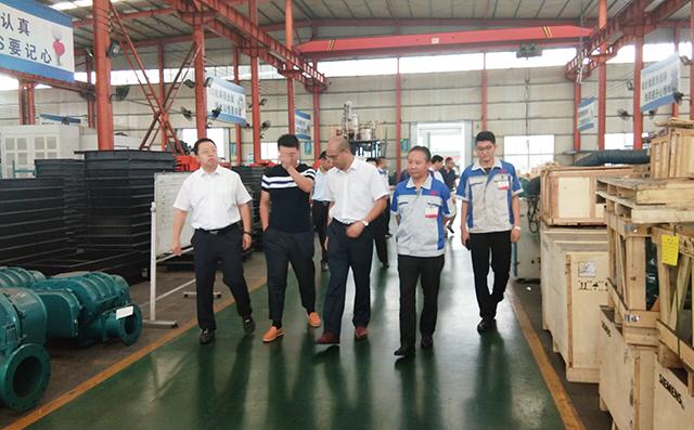 在集团董事长景奉国的引领下大家对公司进行了参观。